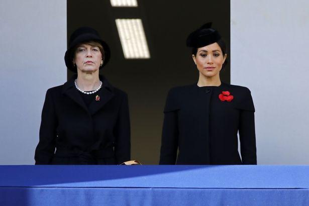 Меган Маркл сторонилась королевы во время празднования окончания Первой мировой войны