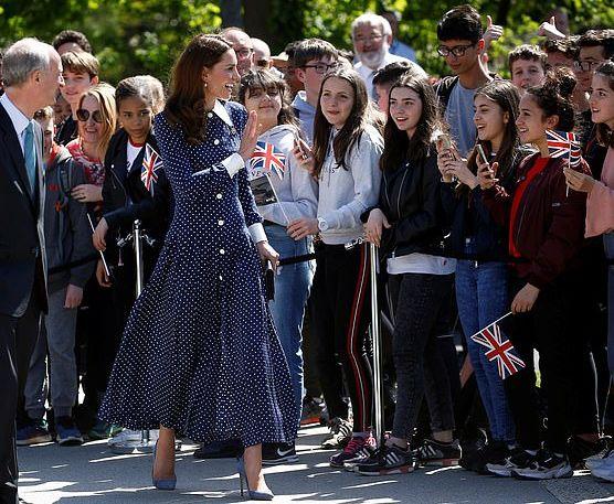 Синее платье Кейт Миддлтон стало звездой интернета
