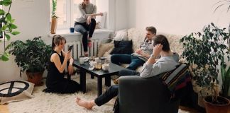 То, как вы сидите на диване, расскажет о вашем характере