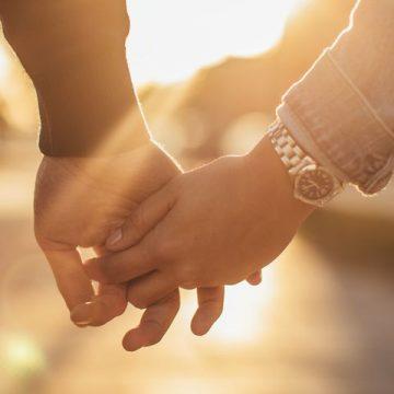 7 Gaya Berpegangan Tangan dan Manfaatnya