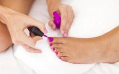 Tip: Πως να Φορέσεις Κλειστό Παπούτσι πριν Στεγνώσουν τα Νύχια σου
