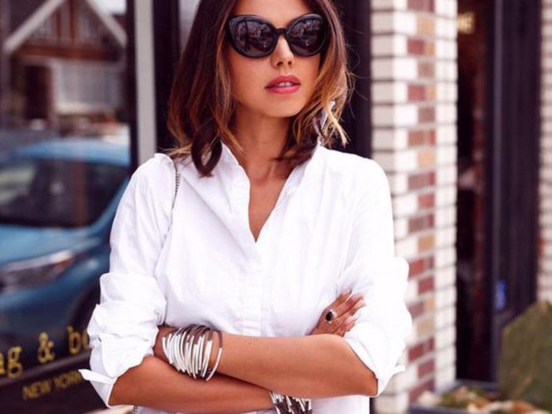 f90812680c9d Κάθε γυναίκα διαθέτει ένα λευκό πουκάμισο στη ντουλάπα της. Πρόκειται για  ένα από τα απαραίτητα γυναικεία κομμάτια μόδας. Μπορεί να χρησιμοποιηθεί ως  ...