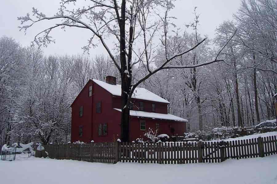 1024px-olde_house_in_winter