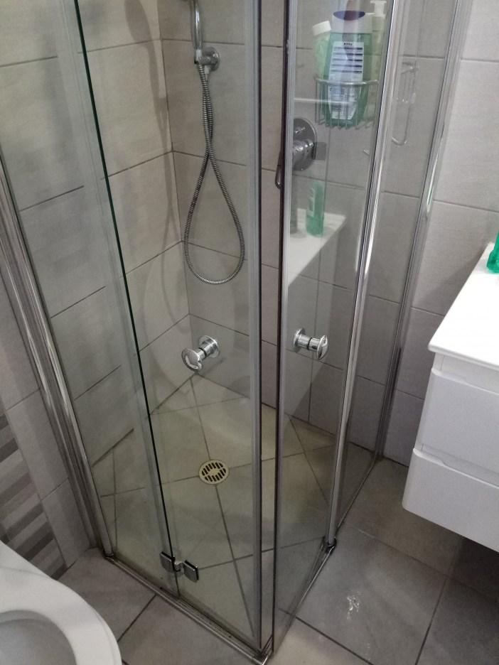 מבט על מקלחון שהוסר ממנו אבנית