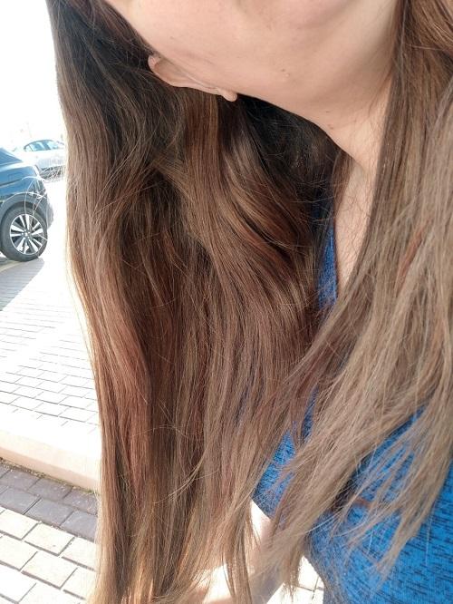 השיער אחרי צביעת השיער.