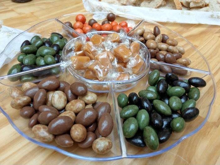אגוזים ושקדים מצופים שוקולד