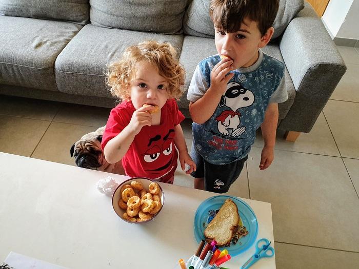 עילאי ומילה אוכלים במבה במבובים