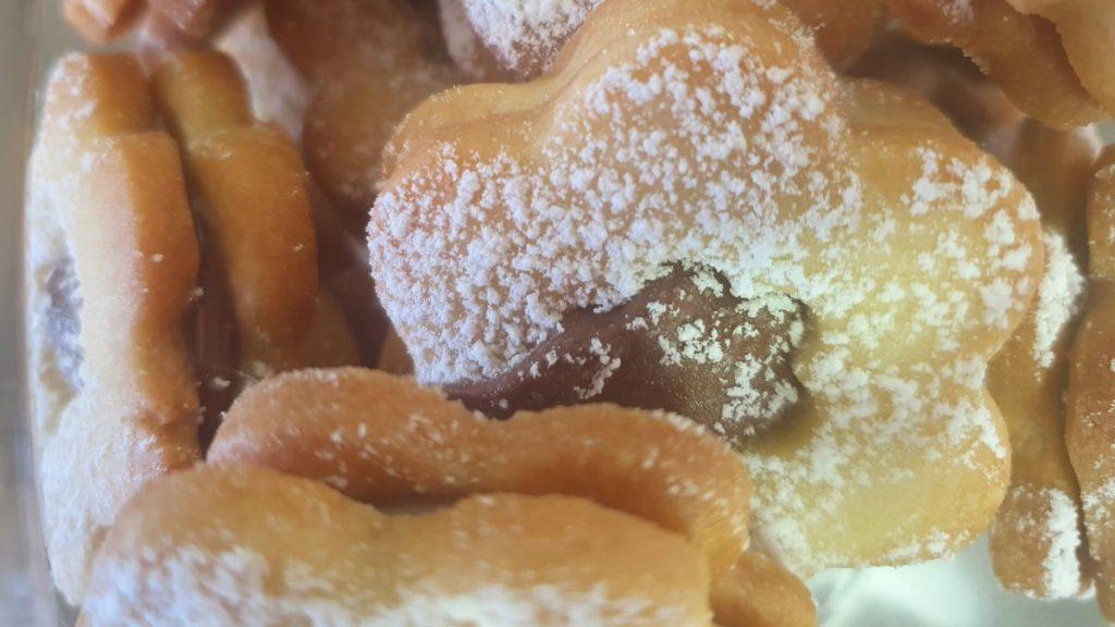 מבט מקרוב על עוגיות חמאה ממולאות בנוטלה