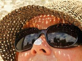 Buying Sunscreen for Sensitive Skin, what are some things you can do to enjoy the sun without damaging your skin, what to look for in a sunscreen australia, what is the best sunscreen product?, what to look for in sunscreen uk, what ingredients to look for in sunscreen, how to choose sunscreen for indian skin, what sunscreen should i buy, what to avoid in sunscreen,