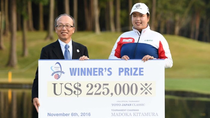 Shanshan Feng receives the 2016 Toto Japan Classic winner's check.