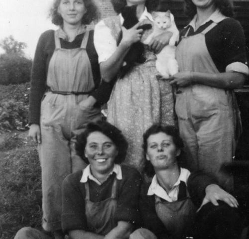 Land Girls at WLA Hostelin 1945