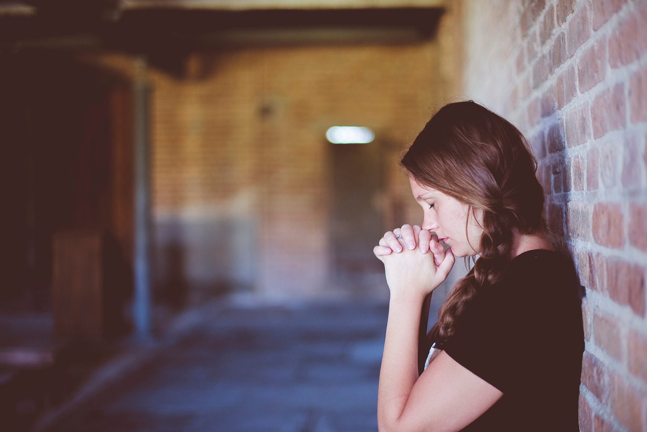 Image of a girl praying, used to depict Alice from Yes,God,Yes (2019) who felt shame for being turned-on