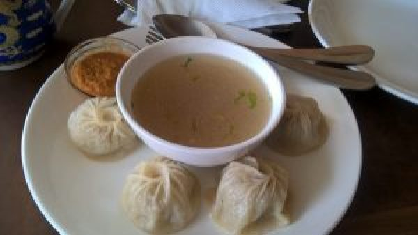 momos with thukpa