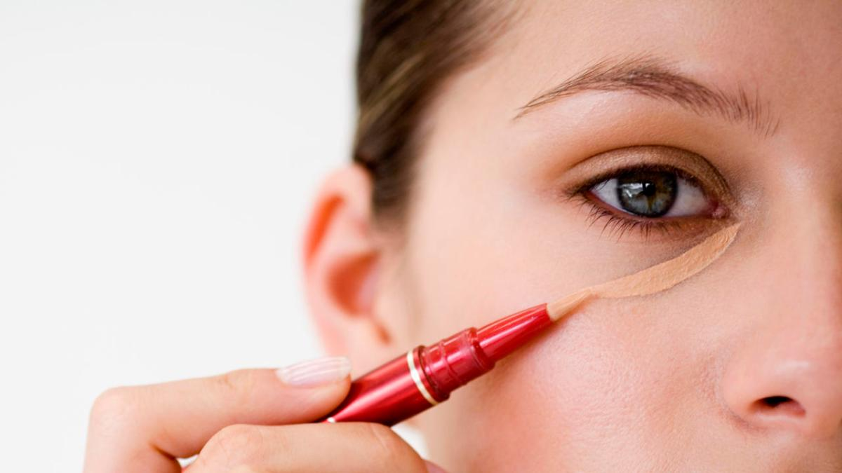 How to hide dark circles like a pro using a concealer!
