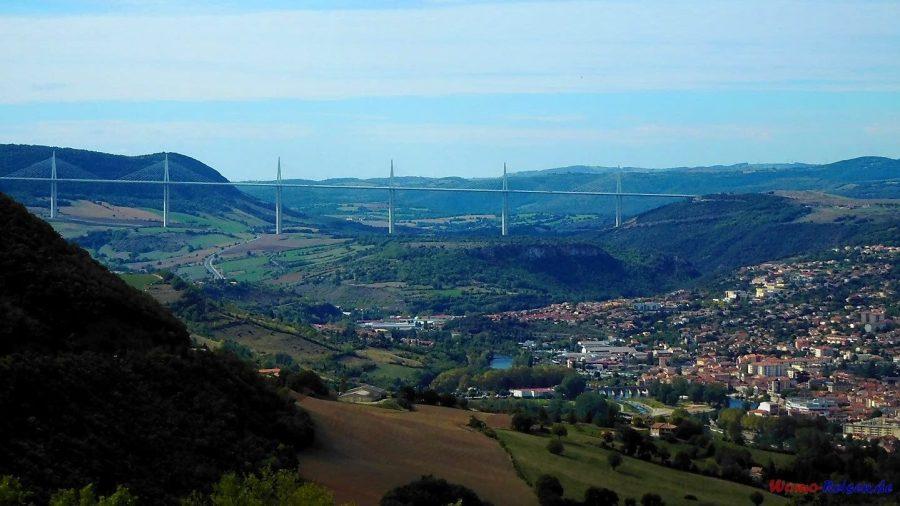 Blick zum Viaduc de Millau, Auvergne, Frankreich