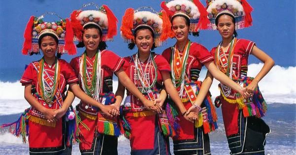 Amis young women dancing