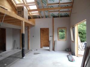 Hier wordt de woning binnen deels voorzien van gipsplaten voor een strakke wandafwerking.