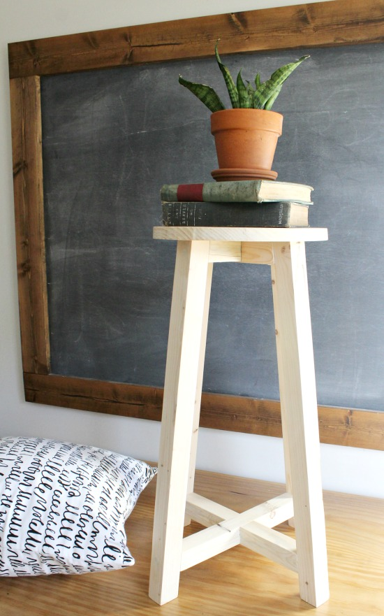 Great beginner woodworking project--super simple modern DIY bar stool!