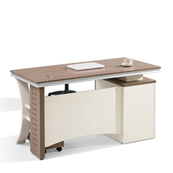 مكتب يمزج بين اللون الكريمي والخشبي المميز