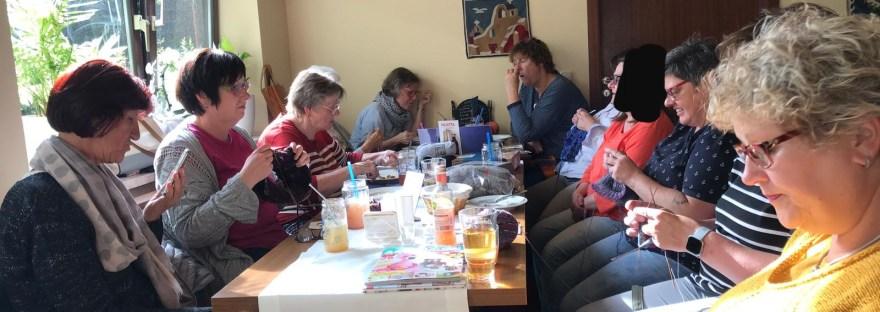 Eine Gruppe Sträkelt in einem griechischen Restaurant