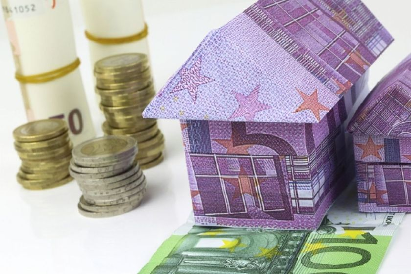 Eurohuisjes en stapel euromunten