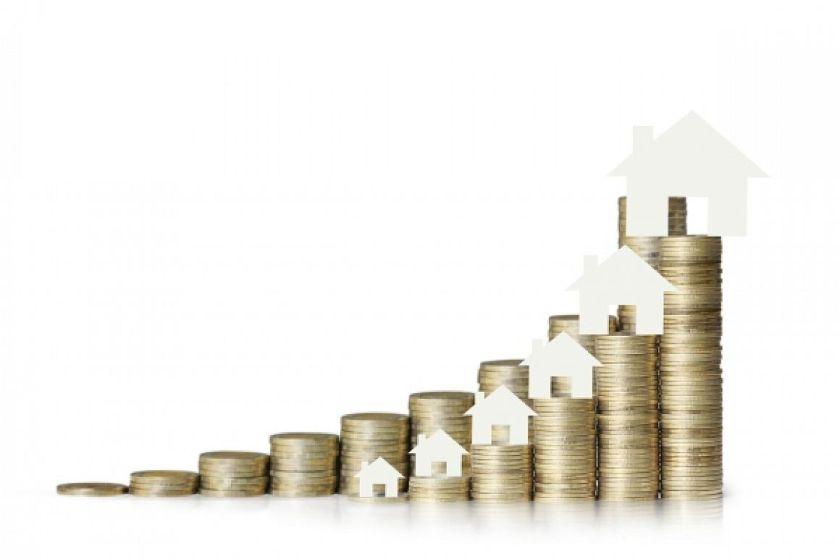 Huisjes op stapels euromunten