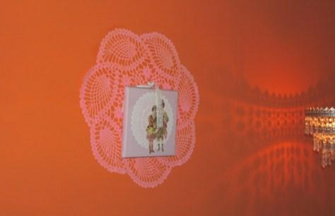 oranje wand met poezieplaatje, eigen foto
