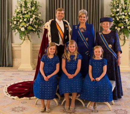 het Koninklijke gezin met oma op de Kroningsdag