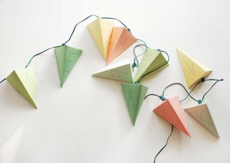 papieren driehoekjes aan lichtjes via oncewed