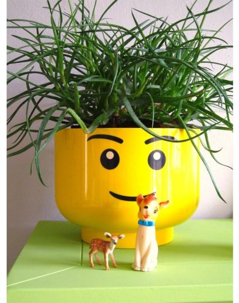 een lego hoofd als plantenpot een sfeerbeeld via 101 woonideeën