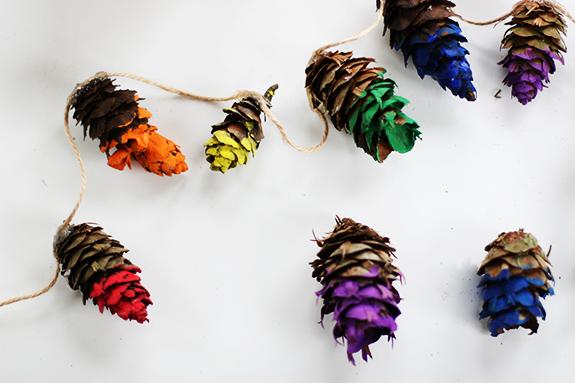 1. een herfstslinger met dennenappels via sayyes