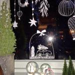 een raamtekening in kerstsfeer