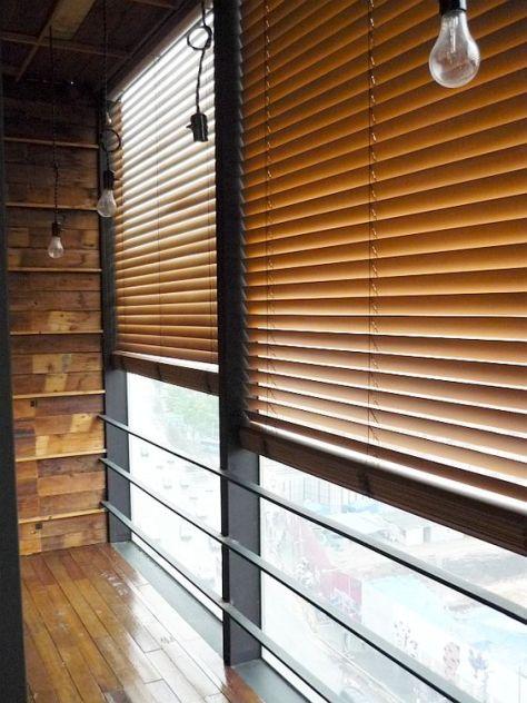 een houten raamdecoratie
