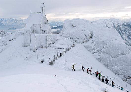 Iglesia en Bayrischzell, Alemania totalmente cubierta por nieve