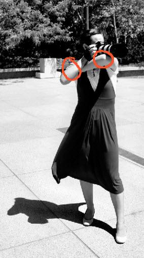 Sostener camara apoyada a brazo para estabilidad de cámara de fotos