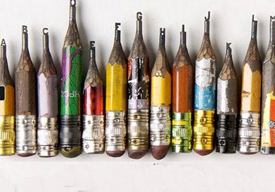 Esculturas pequeñas con letras en lápices