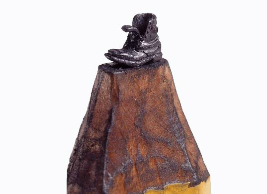 Una bota como micro escultura en lápiz