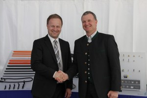Gratulation seitens der Politik: Robert Niedergesäß (links) Landrat Ebersberg und Josef Minster, CEO der Schlemmer Group