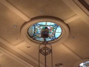天井のライトにステンドグラス