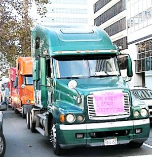 Port truckers' convoy surrounded Oakland City Hall, Nov. 13.Photo: Alice Loaiza