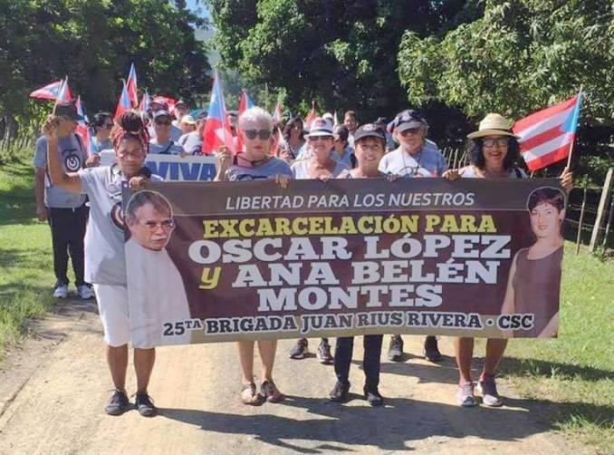 Brigada puertorriqueña Juan Rius Rivera del Comité de Solidaridad con Cuba durante su último viaje a esa isla portando pancarta pidiendo la excarcelación de Oscar López y Ana Belén Montes.