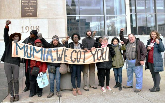 Outside courtroom hearing for Mumia, Dec. 18. WW photo: Joseph Piette