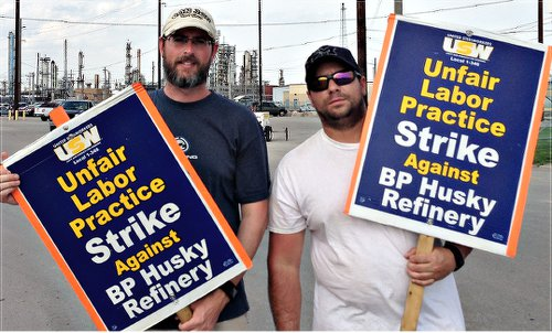 BP refinery workers on strike in Ohio, May 8.WW photo: Martha Grevatt
