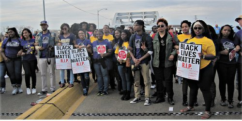 Youth protest police brutality on Pettus Bridge.WW photo: Minnie Bruce Pratt