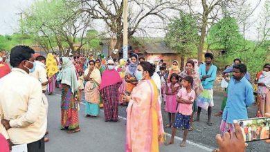 Photo of भूख से तड़पते बच्चों के लिए आदिवासी महिलाओं ने अनाज से भरे ट्रक पर बोला धावा