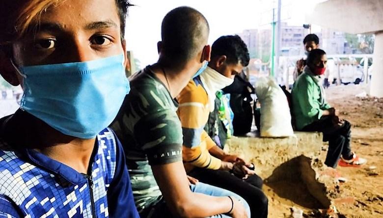 Photo of कश्मीरी नौजवानों ने ज़िंदा रहने के लिए अपने फ़ोन बेचे, आधार कार्ड गिरवी रखना पड़ा