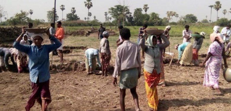 Photo of गांवों में पहुंचे मजदूरों की जिंदगी को लेकर बेपरवाह है सरकार