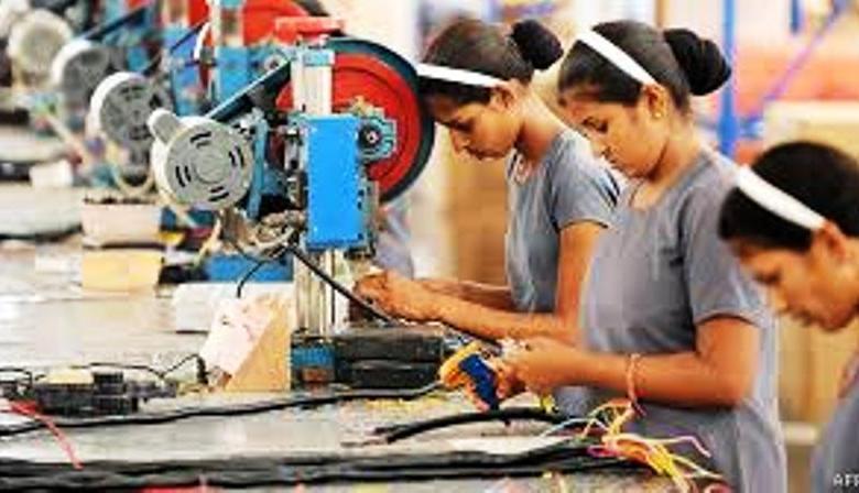 Photo of मज़दूरों को वापस बुलाने के लिए दे रहे 2021 तक के वेतन का लालच, महाराष्ट्र में हर दिन 15000 मज़दूरों के लौटने का दावा