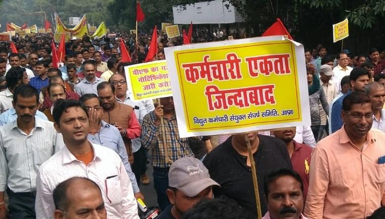 Photo of बिजली कर्मचारियों ने पर्चा निकाल कर कहा, निजीकरण के बाद किसानों को देना पड़ेगा हर महीने 6000 रु.