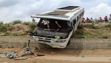 Photo of शाहजहांपुर में बस और ट्रक की जोरदार भिडंत, 15 मज़दूर बुरी तरह ज़ख्मी